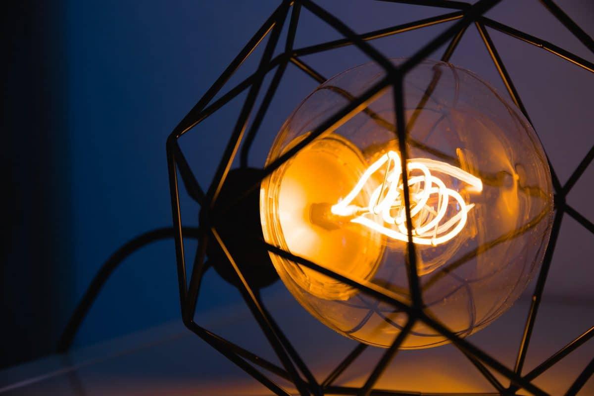 Een mooie design lamp verrijkt je interieur – 3 tips voor de aankoop